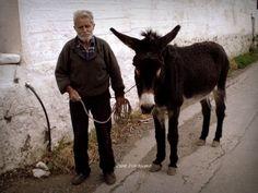 Ζωή στο χωριό: 31 αριστουργηματικές φωτογραφίες που σε γεμίζουν νοσταλγία Old Couples, Life, Animals, Animales, Animaux, Animal, Animais