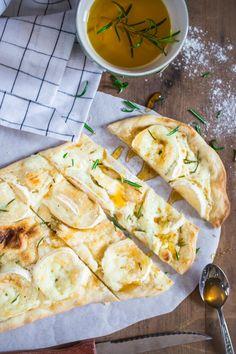 Flammkuchen mit Ziegenkäse angeschnitten auf einem Stück Backpapier. Vegan Fast Food, Vegan Snacks, Pizza Tarts, Pizza Roll Up, Veggie Pizza, Food Inspiration, Vegetarian Recipes, Food And Drink, Easy Meals