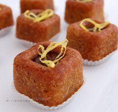 Des bouchées moelleuses au citron, avec une touche gourmande de chocolat coulant, un délice! Pour 15 bouchées: 2 oeufs 75g de sucre 75g de beurre 70g de poudre d'amande 40g de farine 1 cuil. à café de levure 1/2 cuil à cannelle 1 cuil à soupe d'arôme... Gourmet Desserts, Mini Desserts, Yummy Cookies, Sugar Cookies, Patisserie Cake, Cake Recipes, Dessert Recipes, Algerian Recipes, Individual Cakes