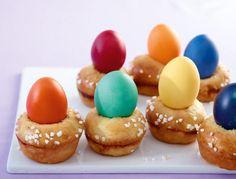 Der etwas andere Eierbecher: Die bunt gefärbten Eier werden mit den Hefemuffins mitgebacken. Ganz schön raffiniert.