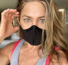 A Face Mask Is a Nonnegotiable for These Celebrities | Glamour Jennifer Aniston Pictures, Jenifer Aniston, Jennifer Aniston Videos, David Schwimmer, Phoebe Buffay, Ross Geller, Matthew Perry, Rachel Green, Chandler Bing