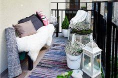 balkon ideen mit weißen blumentöpfen und laterne