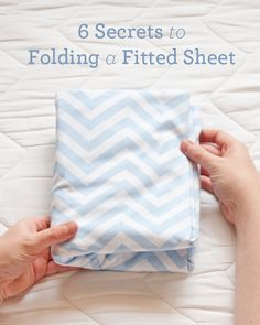 Living Well: 6 Secrets To Folding a Fitted Sheet ⋆ Design Mom – Wasche falten Folding Fitted Sheets, Just In Case, Just For You, Making Life Easier, Laundry Hacks, Homekeeping, Organization Hacks, Organizing Ideas, Getting Organized