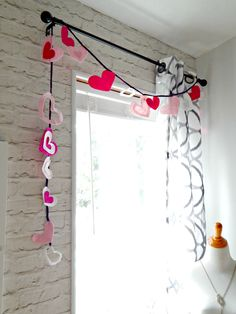 Valentine's Day felt heart garland #garland #heartgarland #feltcrafts #feltbanner #easyvalentinesdecor #valentinesdecorations #heartdecor #heartcrafts #feltheart