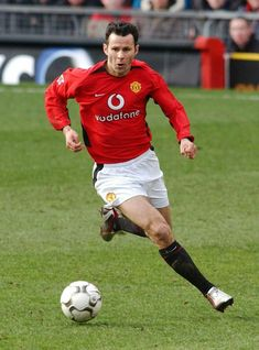 One of the best sports in the world is soccer, also referred to as football in a lot of countries around the world. David Beckham Manchester United, Manchester United Legends, Manchester United Football, Soccer Skills, Soccer Tips, Man Utd Fc, Premier League Champions, World Of Sports, Soccer Training