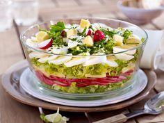Klassisch und in leckeren neuen Varianten: Schichtsalat lässt sich bestens vorbereiten und macht Partygäste wie Gastgeber gleichermaßen glücklich.