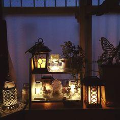 最近、100均で「ソーラーライト」が売っているんです。太陽光を蓄電してくれて、暗くなったら自動でつくので、窓辺を飾るインテリアとして優秀なんです。間接照明のような柔からい光に癒されること間違いなし!室内の照明の状態でも蓄電可能な場合があるので、洗面所や収納棚にも使えます。作り方はカンタン、材料は全部100均で揃うから試してみませんか? | ページ1