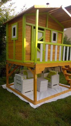 Une petite maison de jeux de jardin pour les enfants, bien sûr construit en utilisant des palettes. La maison est surélevée par rapport au sol à mettre sous elle des meub…