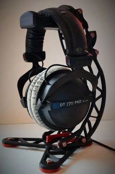 Created this Headphone stand with colour customisation in mind to suit a variety of different desk setups. It incorporates a cable hook to keep things 3d Printing Sites, 3d Printing Diy, Diy Headphone Stand, Headphone Holder, Computer Gadgets, Computer Setup, 3d Printer Designs, 3d Printer Projects, Modele Impression 3d