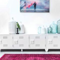 De HK Living Locker Dressoir kast geeft je spontaan flashbacks naar de middelbare school! Geïnspireerd op de Amerikaanse locker kast is deze dressoir kast ideaal voor in de woonkamer. Gebruik hem als tv meubel of opbergmeubel met een mooie vaas erop.