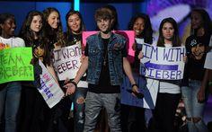 Um dia como uma pessoa normal  Como presente de aniversário para o Justin, pensamos em várias coisas que um menino de 19 anos gostaria de ganhar. Talvez um carro, um celular da moda, um perfume caro, uma blusa de sua marca favorita. Mas isso tudo ele obviamente já tem e até mais do que qualquer menino de 19 anos. O que ele não tem, diferente da maioria dos meninos dessa idade, é uma vida 'normal'. Portanto, se pudéssemos dar qualquer coisa para o Justin, esse seria nosso presente: +