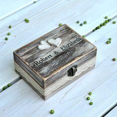 Eine wunderschöne rustikale Hochzeit-Box für Ihren besonderen Tag. Oder eine romantische Verlobungsring-Box für Ihren Schatz!  Haben Sie ein anderes Mal im Verstand für diese Box? Könnten Sie es als ein Geschenk an Ihre Flowergirl, Mutter der Braut/Bräutigam oder Trauzeugin sehen?? Auf verschiedenen Funktionen Rattern aus mehreren angeboten möchten Sie machen angepasst eigene eindeutig Box? Schicken Sie uns einfach eine Nachricht und wir machen es möglich!  Unabhängig vom Anlass wären wi...