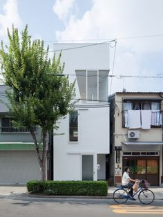 House in Tamatsu by Ido, Kenji Architectural Studio. The house is designed for 4 members of a family with two kids. The house is placed at urban district and a small plot of only in Osaka, Japan. Architecture Du Japon, Architecture Design, Contemporary Architecture, Pavilion Architecture, Sustainable Architecture, Residential Architecture, Big Design, House Design, Suppose Design Office