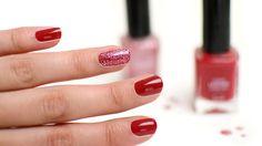 Geef je nagels een feestelijk tintje door een mooie glitter topcoat te gebruiken.