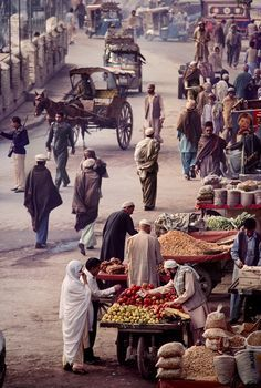 Photo by Steve McCurry / Peshawar, Khyber Pakhtunkhwa, Pakistan Population Du Monde, Grand Trunk Road, Steve Mccurry Photos, People Around The World, Around The Worlds, Fotojournalismus, Expo Milano 2015, Foto Poster, Afghan Girl