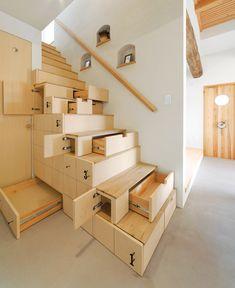 Originale scala in legno con cassetti salvaspazio, ideale per organizzare i piccoli ambienti. La sottoscala diventa uno spazio in cui riporre oggetti e abiti e tenere in ordine la casa - idee scale legno