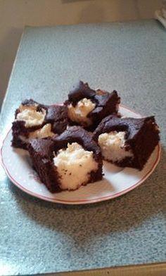 Kakaós-kókuszos kevert süti!  Tészta:25 dkg rizsliszt,1 tojás,5 dkg olvasztott vaj,2,5 dl tej,1 sütőpor,15 dkg cukor,3 dkg kakaópor,1 vaniliás cukor,csipet só Töltelék: 1 vaniliás pudingpor,4 dl tej,ízlés szerint kókuszreszelék, rum aroma, 3 evőkanál cukor A pudingot,megfőzöm,belekeverem a rumot és kókuszt. A tésztához valókat robotgéppel jól elkeverem 19-szer 28 cm sütőpapíros tepsibe öntöm, kanállal beleszaggatom a krémet, 180 fokon kb. 30 percig tűpróbáig sütöm. Ö. Andrea receptje