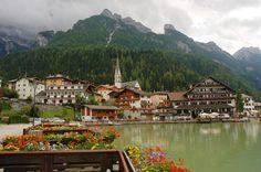 Alleghe e il Lago di Alleghe con il Monte Civetta (3220m), Dolomites, province of Belluno, Veneto, Northern Italy Fotó: www.flickr.com Copyright: Richard Jones
