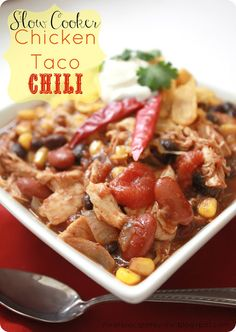 Slow Cooker Chicken Taco Soup : The Recipe Critic.  This is the perfect fall soup.  And only 203 calories a serving and 5 WW points+!