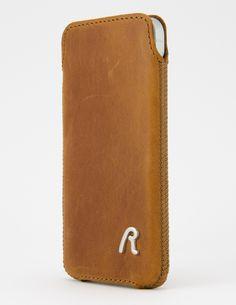 De #Replay Pocket Leather Cognac is een telefoon hoesje dat jouw #iPhone 5(S) een uniek en elegant uiterlijk geeft. Dankzij het stevige maar dunne leder blijft jouw iPhone 5(S) mooi slank.