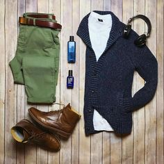 Green chinos, white shirt, navy blue sweater, and dark brown boots Estilo Fashion, Look Fashion, Ideias Fashion, Winter Fashion, Mens Fashion, Fashion Outfits, Casual Wear, Casual Outfits, Men Casual