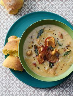 Con la ricetta di Sale&Pepe prova a cucinare la crema di cantarelli: il suo calore sprigiona tutto il profumo di bosco dei funghi finferli.