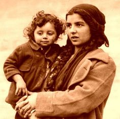 """Rroma mother and child.  From """"Foto storiche popolo"""" on Facebook."""