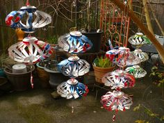 My new obsession is with things that spin in the wind. Look at these amazing whirligigs made out of recycled pop cans. Recycled Decor, Recycled Crafts, Recycled Clothing, Recycled Fashion, Aluminum Can Crafts, Metal Crafts, Aluminum Can Flowers, Soda Can Flowers, Tin Flowers