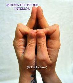 Técnicas Naturales de Sanación: MUDRA DEL PODER INTERIOR Respira lenta y profundamente... Siente como la respiración llena de Luz y de Energías tu cuerpo. Una vez sientas tus Energías Alineadas con la Luz deja colgar los brazos a los lados de tu cuerpo y sacude durante unos minutos. A continuación acerca las manos la una a la otra, y une los dedos corazón, anular y meñique de una mano con los de la otra. Cada dedo pulgar ha de apoyarse contra el dedo índice doblado en ángulo recto. de...