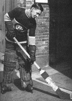 Georges Vezina Montreal Canadiens goalie to introduce the Vezina trophy Pro Hockey, Hockey Goalie, Hockey Games, Hockey Sport, Hockey Stuff, Montreal Canadiens, Hockey Pictures, National Hockey League, Hockey Players