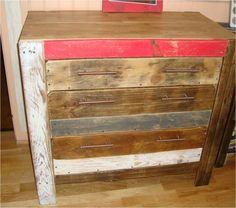 Este gabinete se hizo con paletas de madera.