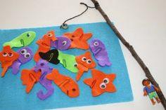 DIY Manualitat infantil per fer un joc de pescar peixos, amb feltres i clips. Molt senzill.