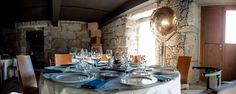 Salón multiusos puesto para cena. ¡Las lámparas antiguas de barcos son preciosas! #casarural #hotelconencanto #hotelrural #galicia