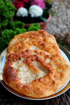 Vadkovászsuli: Kovászos,krumplis lángos vad-kovásszal Grated Cheese, Street Food, Sour Cream, Yogurt, Food And Drink, Pie, Bread, Breakfast, Desserts