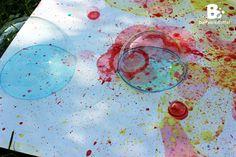 Vor kurzem bin ich über eine Anleitung gestolpert die ich sofort mit den Kindern ausprobieren wollte. – Malen mit Seifenblasen! Es hat so viel besser funktioniert als wir dachten, und macht auch noch eine Menge Spaß! Materialien: Du brauchst natürlich Seifenblasenlösung, Blasringe, verschiedene Farben, kleine Behälter zum Mischen, Papier Farben: Wir haben verschiedene Farben getestet. Lebensmittelfarben, Eierfarben, Tusche und Tintenpatronen. Funktioniert hat eigentlich alles. Ganz egal…
