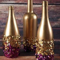 Celebrate Fat Tuesday with stunning Mardi Gras decorations. Check out Mardi Gras DIY Decorations ideas here. These are easy and best Mardi Gras decor ideas. Wine Bottle Art, Diy Bottle, Wine Bottle Crafts, Garrafa Diy, Wine Bottle Centerpieces, Vases, Sequin Crafts, Diy Girlande, Deco Table Noel