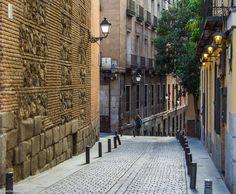Detalle de la Calle de San Nicolás en el Madrid de los Austrias,  Iglesia de San Nicolás de los Servitas, la iglesia más antigua de Madrid.