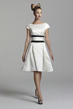 Hoy te presentamos 4 diseñadoras británicas con mucho estilo que han creado algunos de los más bellos vestidos de novia cortos para que encuentres la inspiración que buscas.