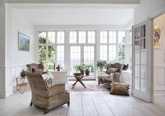 korgmöbler och stora fönster