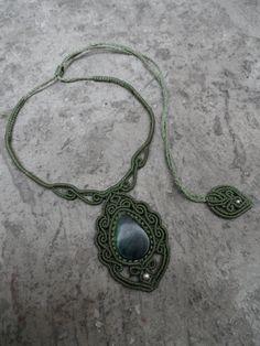 Questo pezzo incorpora una bella gemma giada smeraldo verde dal Guatemala (quasi traslucido) con perle in argento sterling 925, accuratamente lavorati