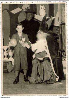 C1930, Photo 17,5 X 12,5 Cm - Saint Nicolas Et Père Fouettard, Jeune Garçon Recevant Des Cadeaux - 2 Scans - Personnes Anonymes