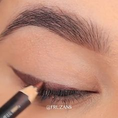 A nice makeup trick to have your daily makeup always on point credits on fruzans_beauty so easy and beautiful Day Eye Makeup, Simple Eye Makeup, Daily Makeup, Natural Eye Makeup, No Eyeliner Makeup, Eye Makeup Tips, Makeup Tricks, Nice Makeup, Lazy Day Makeup
