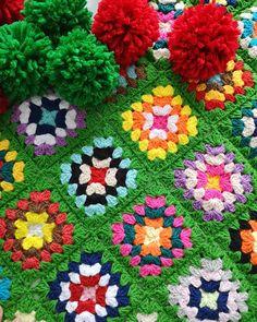 """Instagram'da Gülay Perveli DEĞİRMENCİ: """"Günaydın dostlar 🍃🍃🍃Babanne motifi örüyorum hem klasik hem dinlendiren en keyifli motif bence siz ne dersiniz? Düz örgü mü motif örmek…"""" Crochet Granny, Green Backgrounds, Tree Skirts, Christmas Tree, Blanket, Holiday Decor, Outdoor Decor, Instagram, Etsy"""