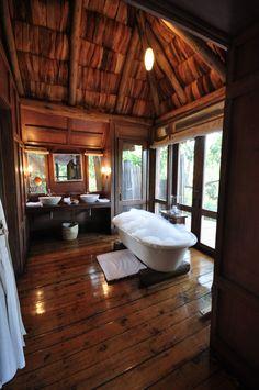 Banheiro com tom rústico e com uma linda vista