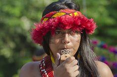 Amanda Camara Brás (cujo nome indígena é Tanara), da etnia Pataxó, de Porto Seguro, Bahia, soa um apito que imita os sons dos pássaros, na aldeia Kari-Oca, onde nativos brasileiros se reúnem durante a Rio+20. Haroldo Castro