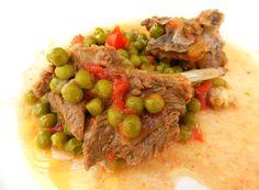L'agnello in umido con piselli e pomodori è una ricetta saporita della tradizione sarda.
