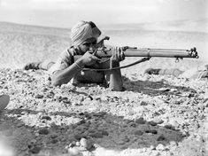 30 1940 British Empire troops ready in the Desert. An Indian rifleman with a SMLE (Short Magazine Lee-Enfield) Mk III in the prone firing position, Egypt, 16 May British Soldier, British Army, British Indian, Afrika Corps, Lee Enfield, Indian Army, North Africa, World War Ii, Troops