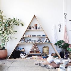 I need a tutorial for how to build this triangle shelf, right away! ☑️