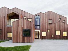 30/12/2014 - Per una piccola comunità danese, a Kerteminde, lo studio CEBRA Architectureha completato un centro d'accoglienza, aperto