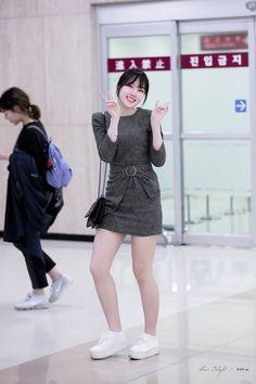"""트위터의 Sheer Delight 님: """"180402 입국 예린 #여자친구 #GFRIEND #예린… """" Fashion Idol, Girl Fashion, Fashion Dresses, Korea Street Style, Casual Street Style, Extended Play, Kpop Girl Groups, Kpop Girls, Korean Girl"""